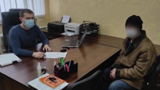 Лупцював сковорідкою та палив волосся: на Київщині чоловік вбив товариша