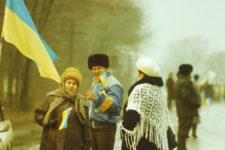 Держали флаги и плакали: воспоминания участников и фото Живой цепи 1990 года