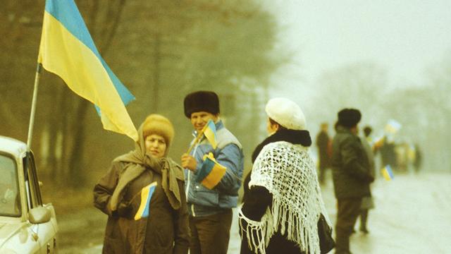 Тримали прапори і плакали: спогади учасників і фото Живого ланцюга 1990 року