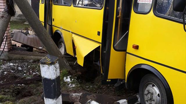 На Львівщині поїзд зіткнувся з маршруткою, є постраждалі