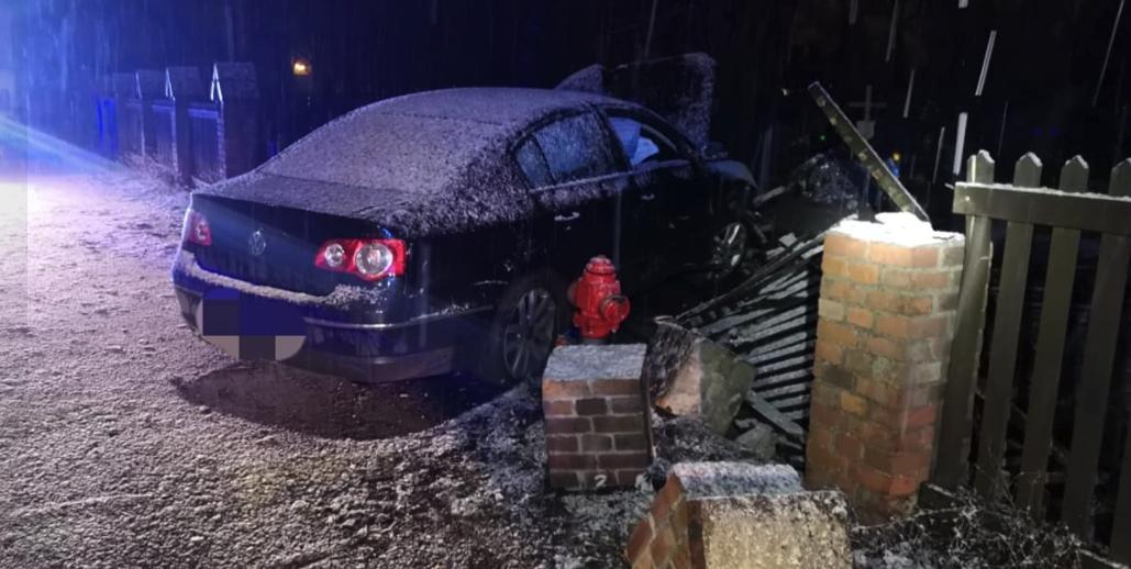 У Польщі п'яний українець на авто протаранив кладовище та зніс дев'ять надгробків