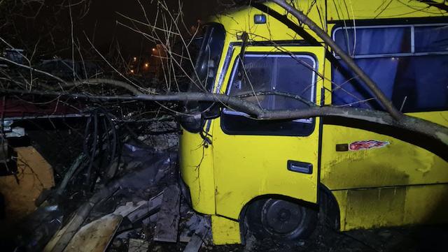 У Києві п'яний водій маршрутки наїхав на велосипедиста та злетів з дороги