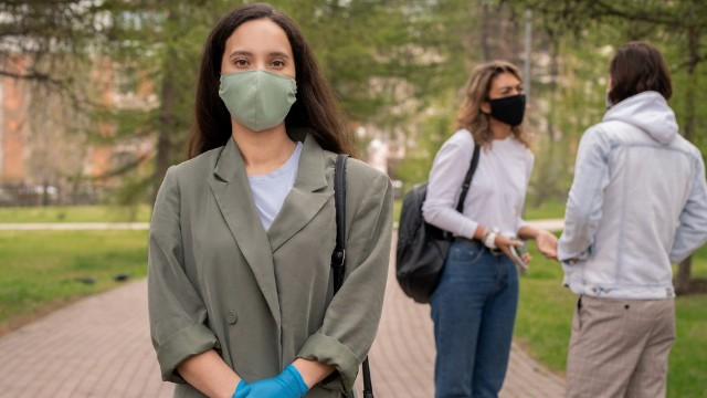 У Франції заборонили носити саморобні маски