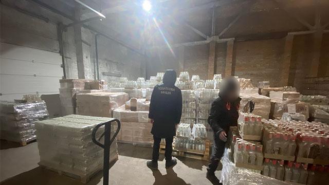 Вилучили алкоголю на 2 млн грн: у Києві знайшли склад з фальсифікатом