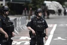 В США мужчина расстрелял полицейского возле библиотеки, после чего погиб сам