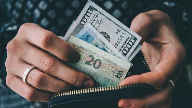 Евро и доллар снова подешевели: курс валют на 3 февраля