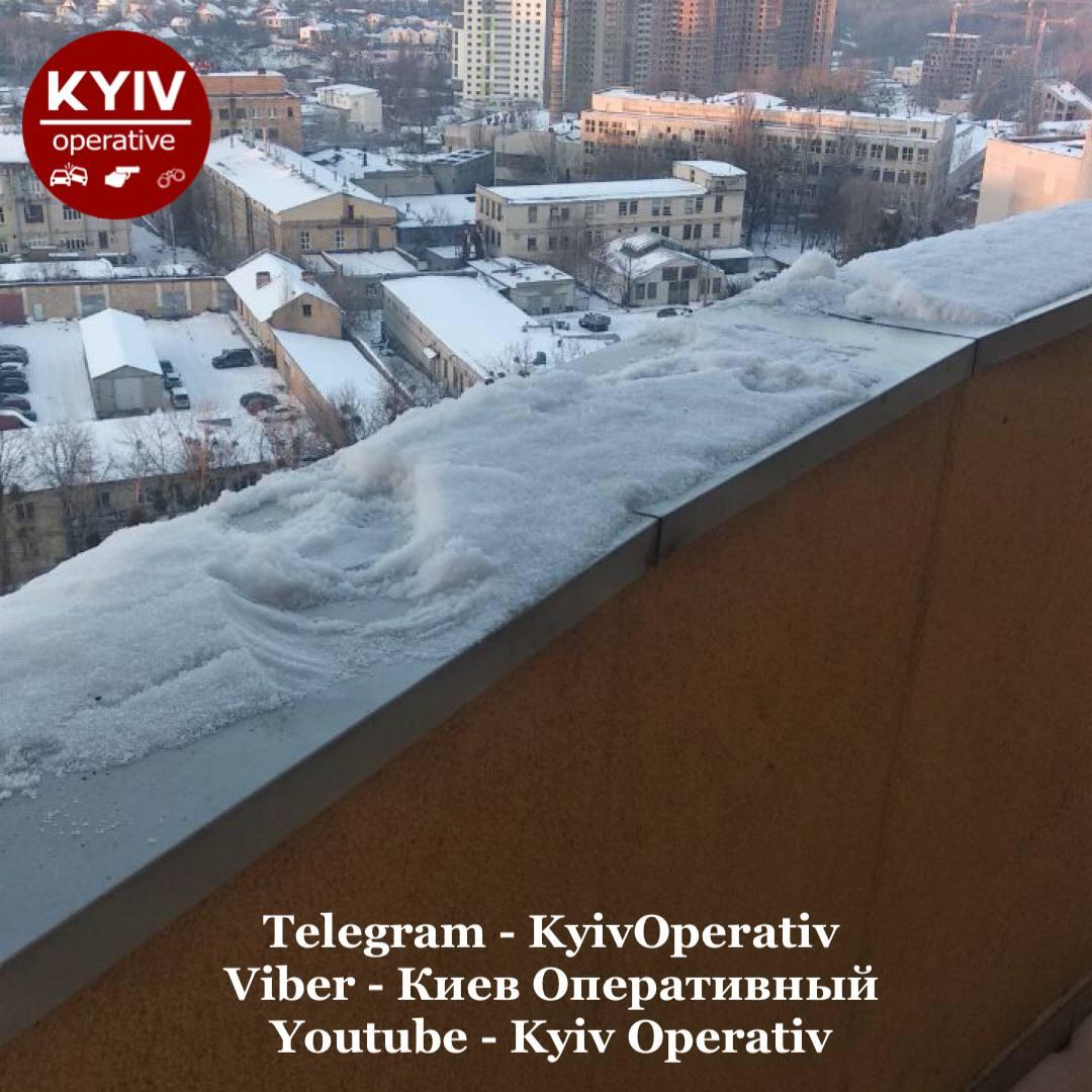 У Києві за добу вже третя дівчинка-підліток викинулася з вікна