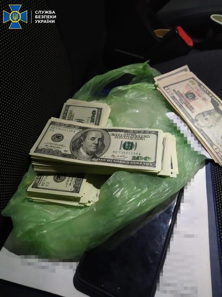 Вилучили 25 тис. підроблених купюр: СБУ викрила доларових фальшивомонетників