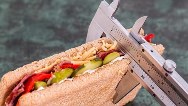 Сколько калорий нужно потреблять в день