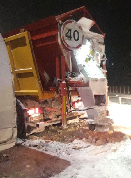 На Рівненщині маршрутка протаранила машину для прибирання снігу: троє постраждалих