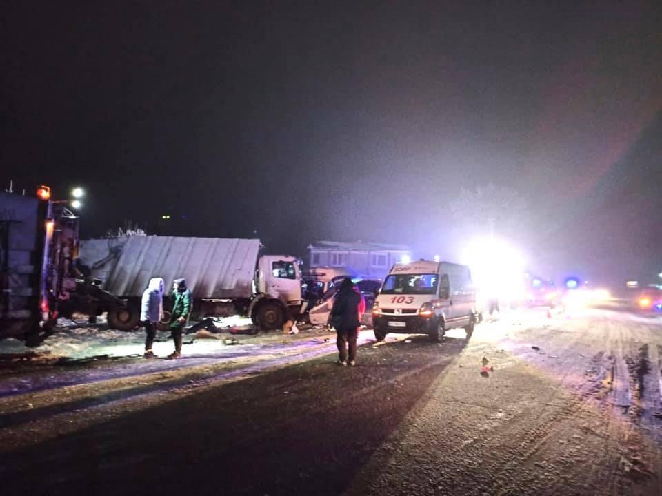 На Прикарпатті сміттєвоз протаранив автобус: двое загиблих, 13 людей у лікарні