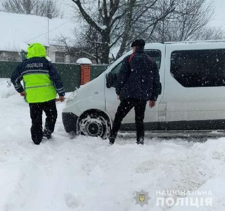 Автобус занесло в сугроб: в Ровенской области пьяный водитель перевозил школьников