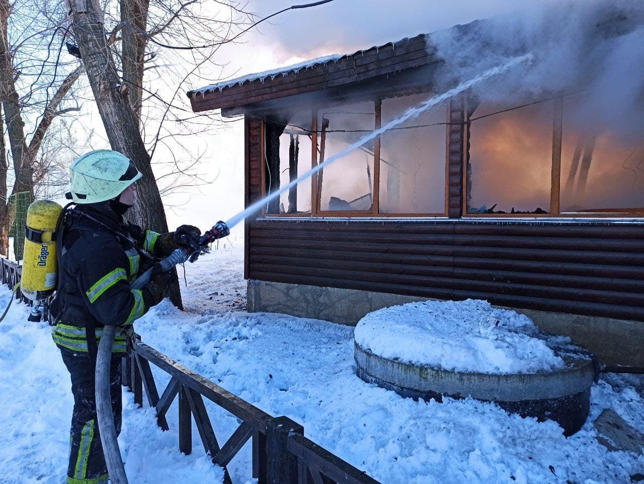 Всередині кафе нікого не було: у Києві загасили пожежу в парку Муромець