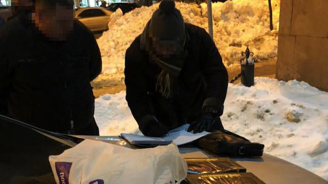 Ховав в іграшках: львівський екс-правоохоронець на таксі відправляв кокаїн до Києва