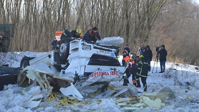 На трасі Київ-Чернігів вантажівка впала з мосту та пішла під лід – водій загинув