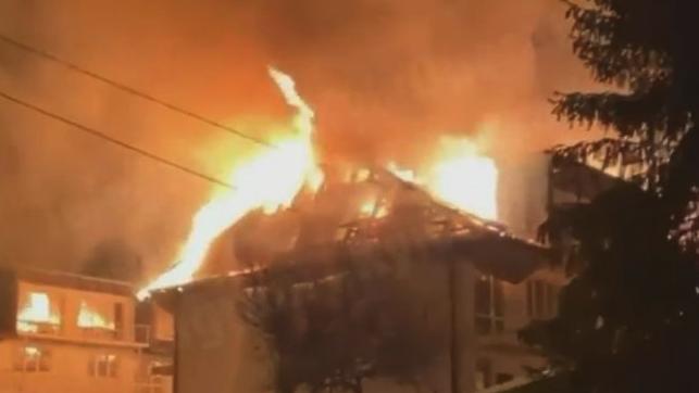 У Києві серйозна пожежа на ДВРЗ – загорівся дах будівлі