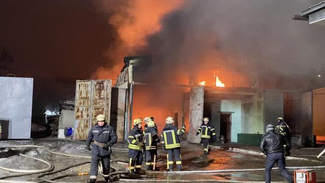У Харкові масштабна пожежа на території заводу