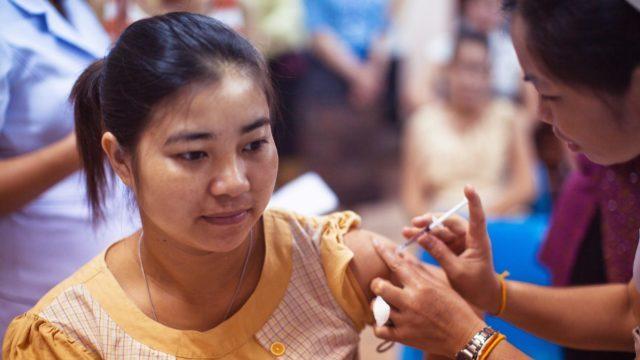 Випереджає Україну: у Бутані за 16 днів вакцинували 93% дорослих жителів