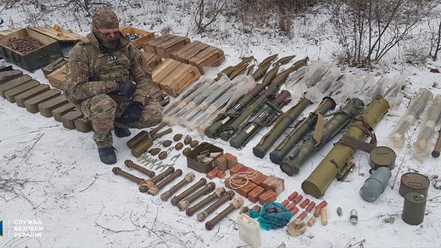 Фагот, Шмель і 8 кг тротилу: на Луганщині виявили схованку бойовиків