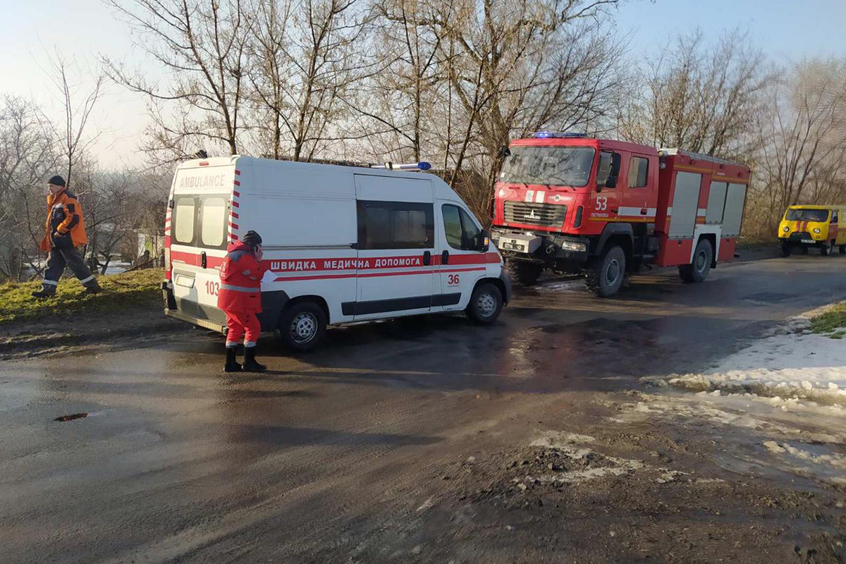 На Дніпропетровщині легковик злетів з дороги та протаранив будинок – 5 постраждалих