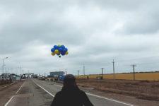 У бік Криму запустили 20-метровий український стяг із посланнями