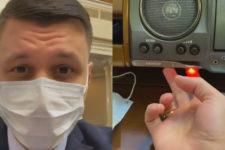 Кнопка, сенсор і два пальці: депутат Слуги народу показав, як голосує за новою процедурою