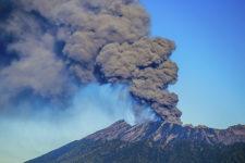 В Індонезії знову прокинувся Синабунг: стовп попелу сягає понад 5 км