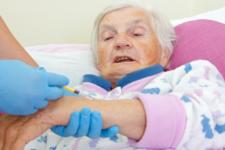 Вакцини Pfizer та AstraZeneca є ефективними для літніх людей – дослідження