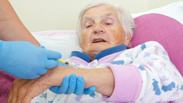 вакцинація, вакцина, бабуся, лікарня