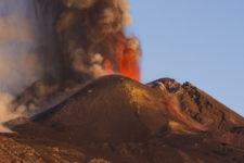 Вдруге за місяць: вулкан Етна викинув стовп попелу на 12 км