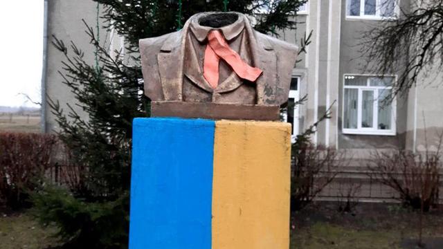 На Івано-Франківщині вандали зрізали голову пам'ятнику Шевченка