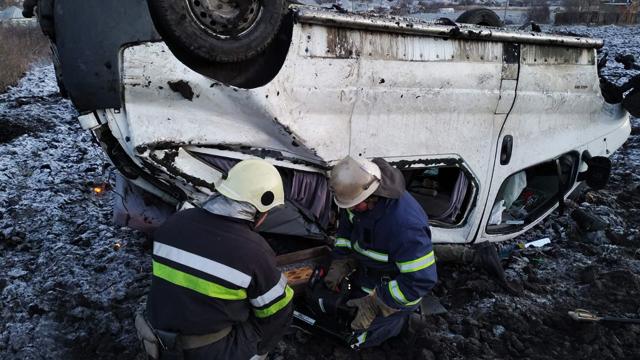 Пасажирів діставали через вікна: на Харківщині перекинувся мікроавтобус, є загиблий