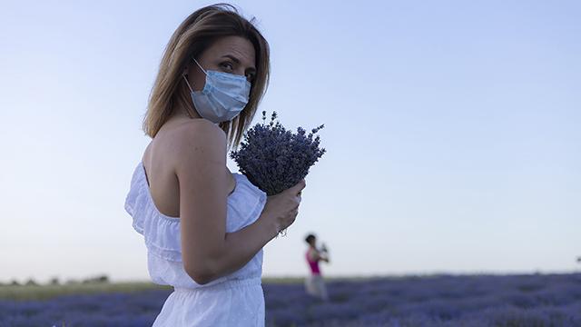 жінка у масці
