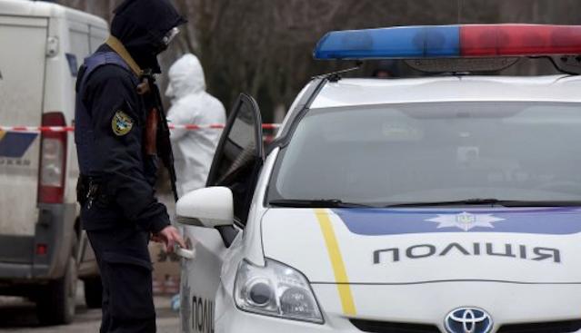 Прокусила руку: в Херсоні клієнтка банку без маски напала на поліцейських