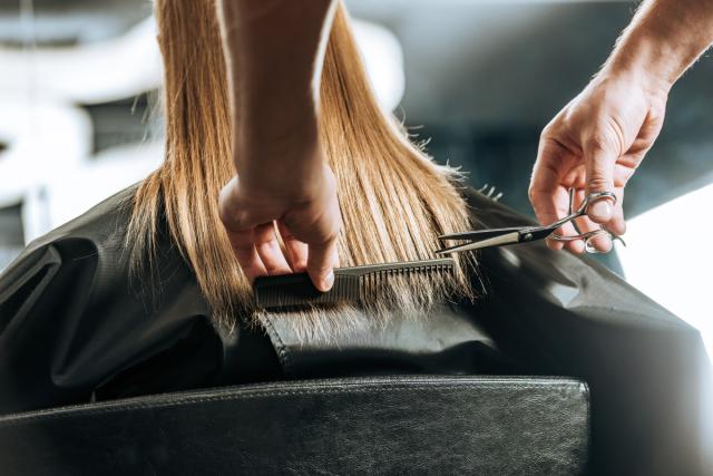 Перукар стриже волосся