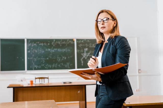Вчителька у школі