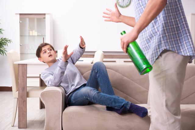 Батько вчиняє насильство над сином