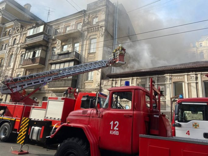 Розбивали ломом дах: з'явились подробиці ліквідації пожежі в центрі Києва