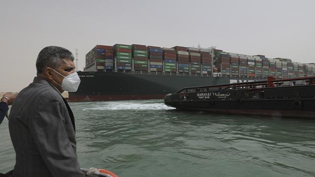 Затор із сотен суден та мільйонні збитки: що відомо про блокування Суецького каналу