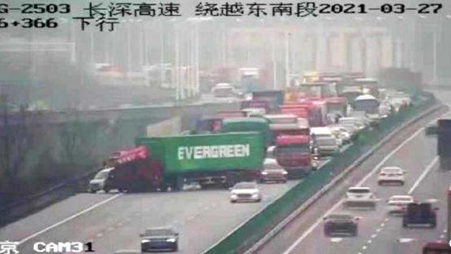 Грузовик Evergreen перекрыл дорогу в Китае