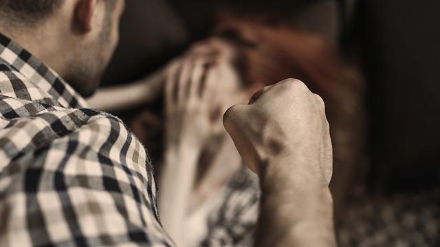 Кров на подушках: під Рівним чоловік до напівсмерті побив жінку, яка зрадила йому з сином