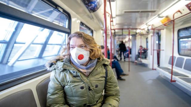 Карантин, коронавірус, жінка у масці, жінка у масці у транспорті