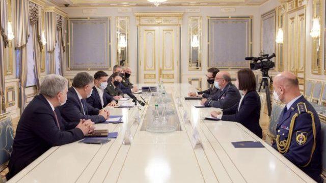 Припинення вогню на Донбасі: президент зустрівся з представником НАТО