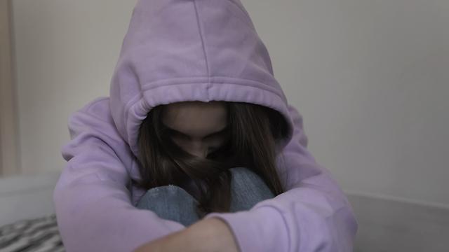 Побили і змусили купатися в ставку: у Торецьку школярки познущалася над однокласницею