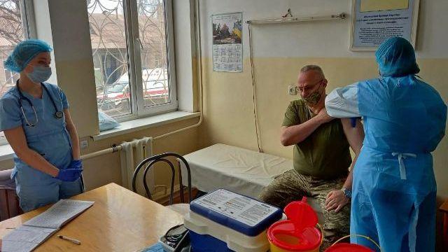 Головнокомандувач ЗСУ Хомчак вакцинувався від коронавірусу