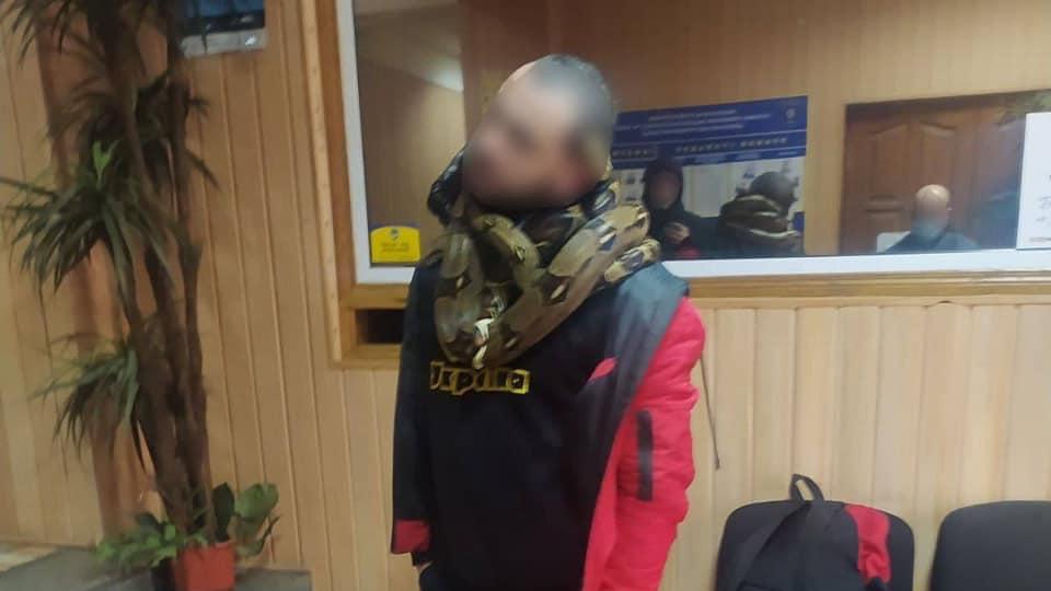 Гуляв зі зміями на шиї і чіплявся до людей: у Києві затримали п'яного чоловіка