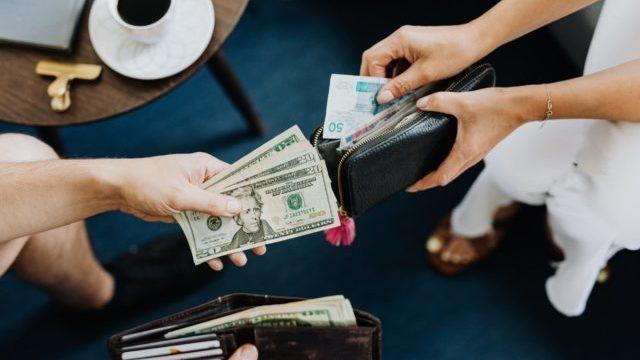 Долар та євро здешевшали: курс валют в Україні 12 квітня