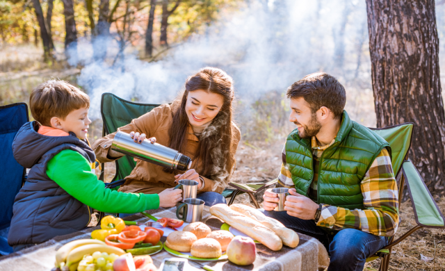 травень, травненві свята, сім'я на пікніку, сім'я