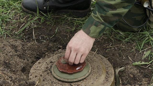 """Залишилися без ніг: п'яні бойовики """"ДНР"""" підірвалися на власному мінному полі"""