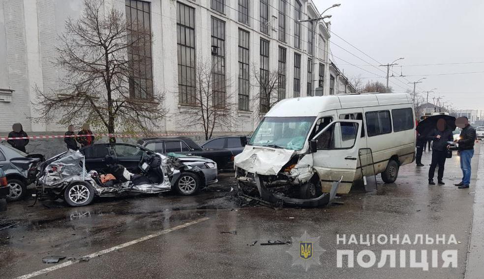 Від авто залишилася груда металу: у Запоріжжі легковик протаранив маршрутку